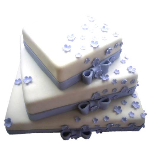 Třípatrový svatební dort s mašlí