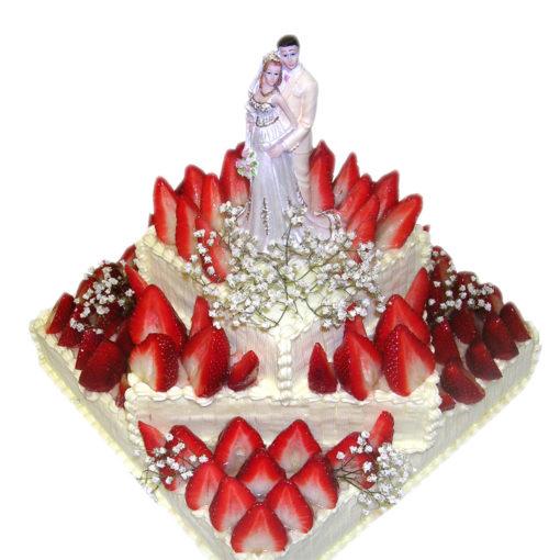 Třípatrový svatební dort s jahodami a figurkami