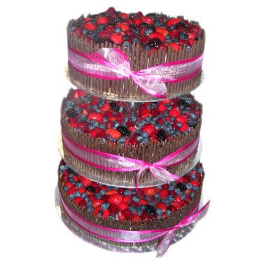 Třípatrový svatební dort s lesním ovocem a čokoládou