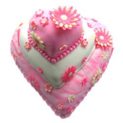 Třípatrový svatební dort ve tvaru srdce