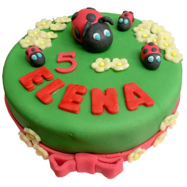 Beruškový dort potahovaný dort ozdobený beruškami a kytičkami